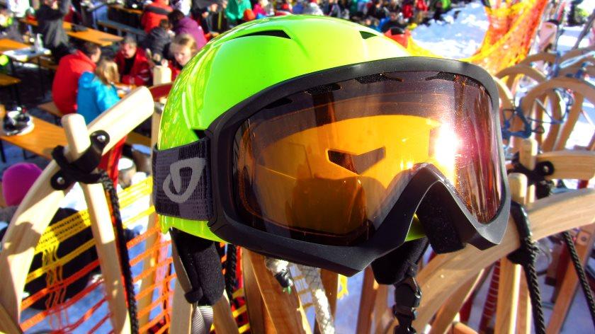 Auch beim Rodeln schadet es nicht, Skihelm und Skibrille zu tragen.