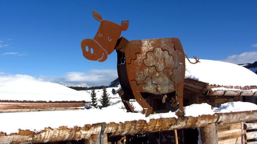 Die rostige Kuh zeigt es an: Hier ist der Weg zum Aprés-Ski