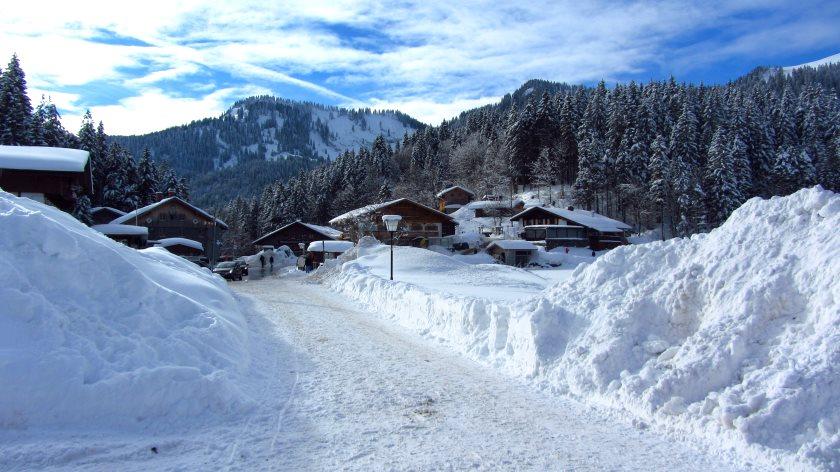 Tief verschneit – der Ort Spitzingsee