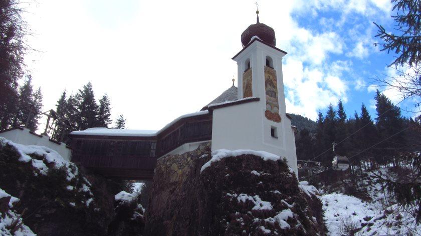 Die Stampfanger-Kapelle am Ziel der Rodelbahn steht auf einem Felsen