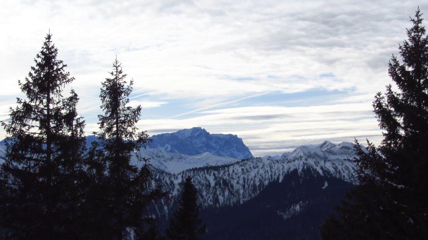 Von der Terrasse der Hörndlhütte haben wir direkten Blick auf die Zugspitze