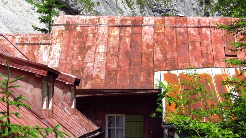 Sehr fotogen - das rote Blechdach der Höllentalangerhütte