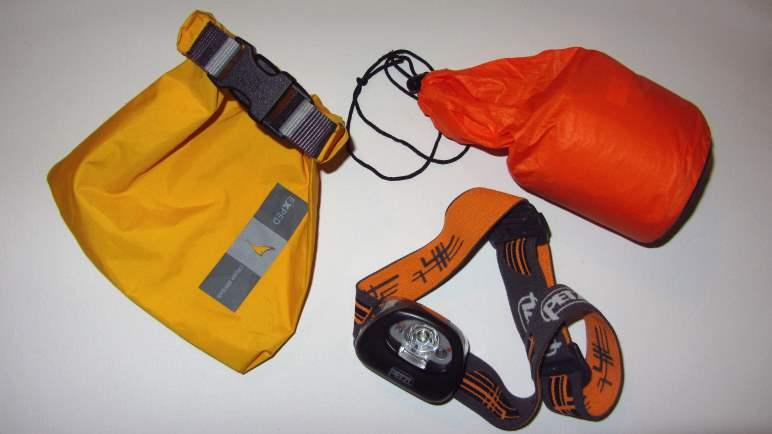 Diese Drei dürfen fast immer mit: Drybag, Stirnlampe und Biwaksack