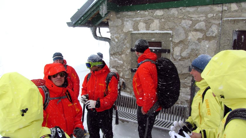 Pause während der Schneeschuhwanderung an der Bergwachthütte