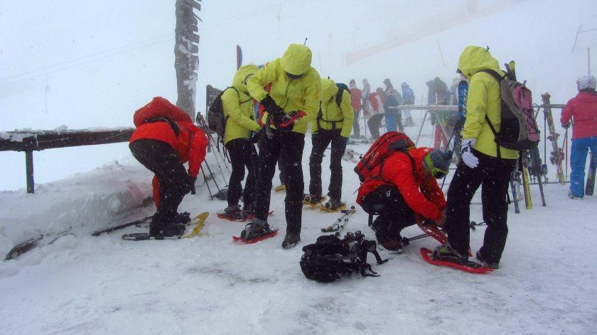 Schneeschuhe anlegen an der Bergstation der Alpspitzbahn
