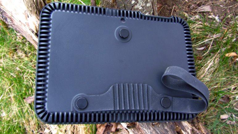 Die Rückseite der Schutzhülle. Gut zu sehen sind der Gummigriff mit Schlaufe und die drei Köpfe