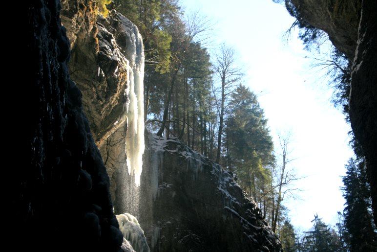 Ein gefrorener Wasserfall, genau von der Sonne angestrahlt