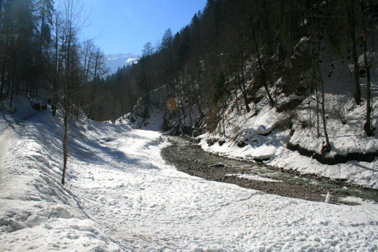 Im Sommer eine beliebte Badestelle: Das Ufer der Partnach, kurz vor dem Beginn der Klamm