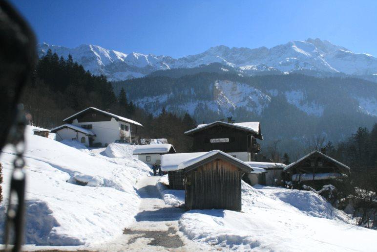 Die Wettersteinalm am Eckbauer und der Blick zum Wettersteingebirge