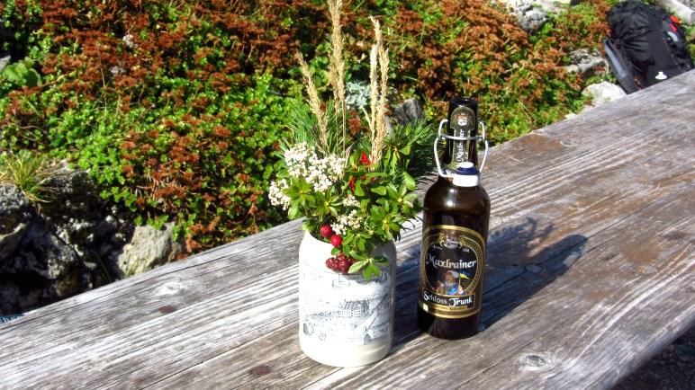 Blumen- und Bierdeko auf der Ankelalm unterhalb des Brecherspitz