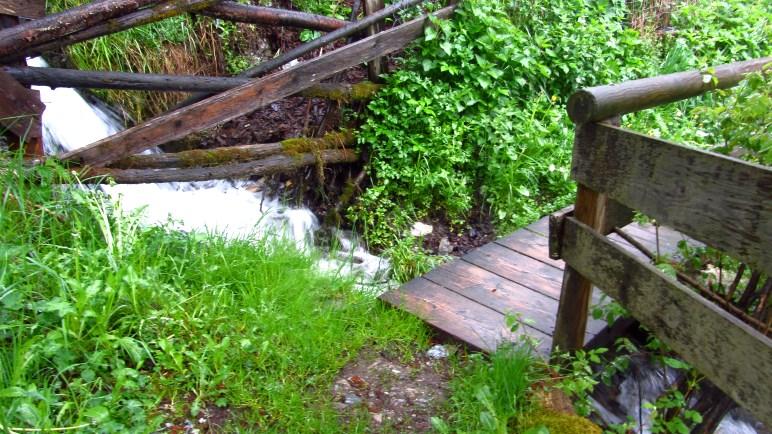 Schmale Wege und Brücken über einen kleinen Bach