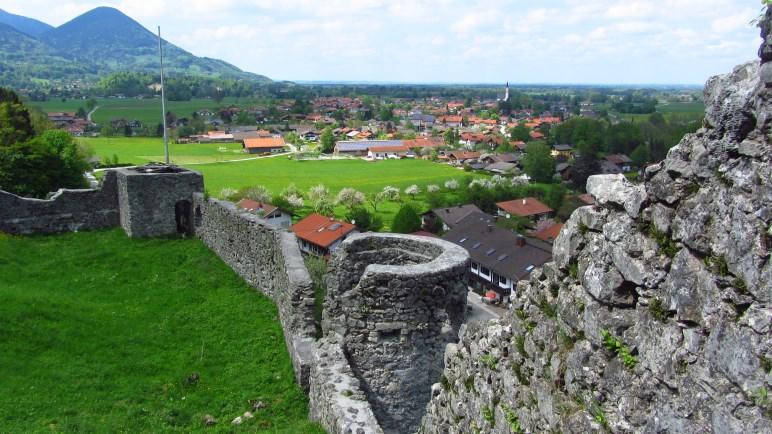 Blick aus der Vorburg der Burg Falkenstein auf Flintsbach