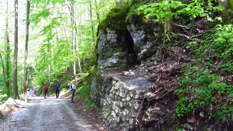 Ein gespaltener Felsen auf dem Weg zum Petersberg