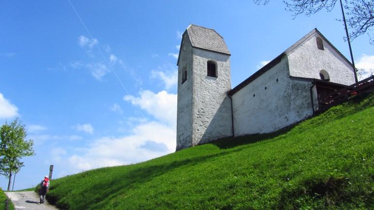 Das Ziel der Wanderung: Die Kirche auf dem Petersberg - und das Gasthaus nebenan