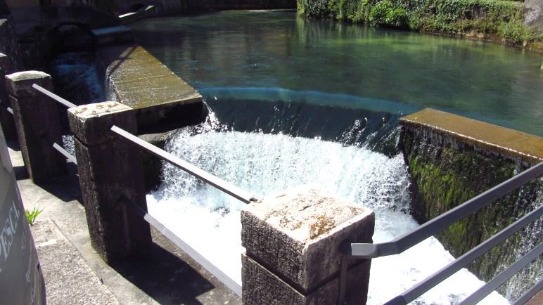 Der Aril Wasserfall, direkt an der vielbefahrenen Gardesana Straße