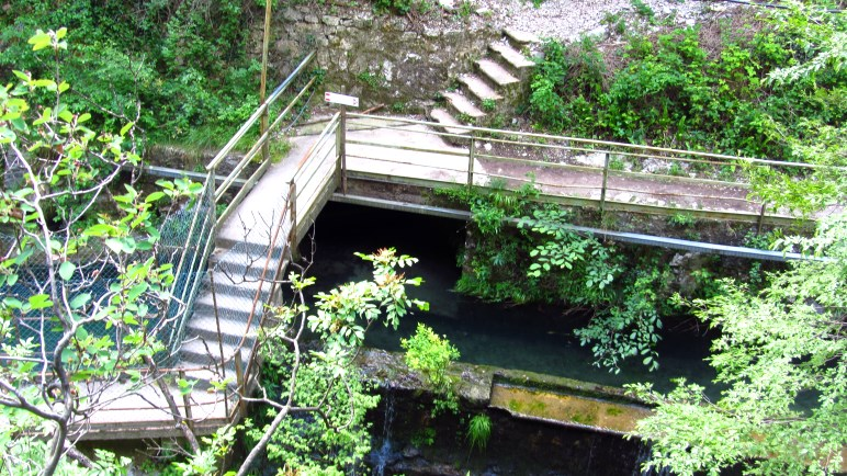 Brücken und Treppen am Wasserwerk - hier wechselt der Weg auf die andere Seite der Schlucht