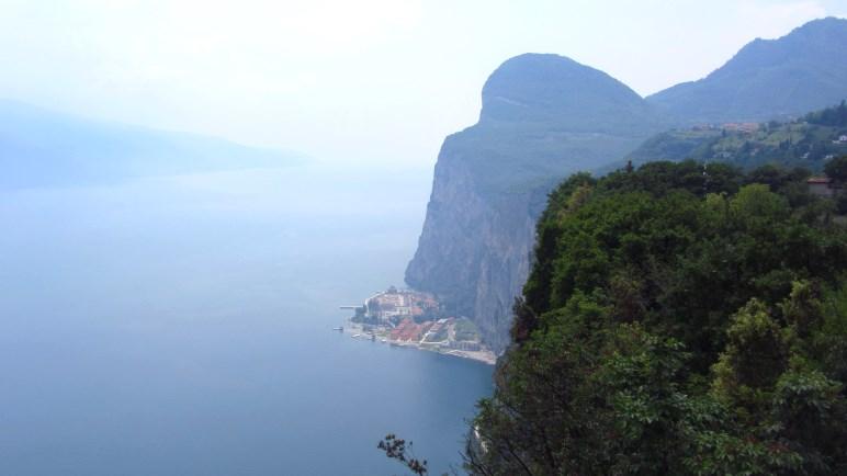 Campione und der Gardasee, wie so oft im Dunst