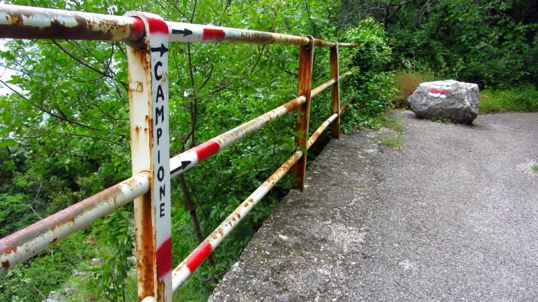 Auf der alten Straße zwischen Gardasee und Tremosine. Links geht's nach Campione
