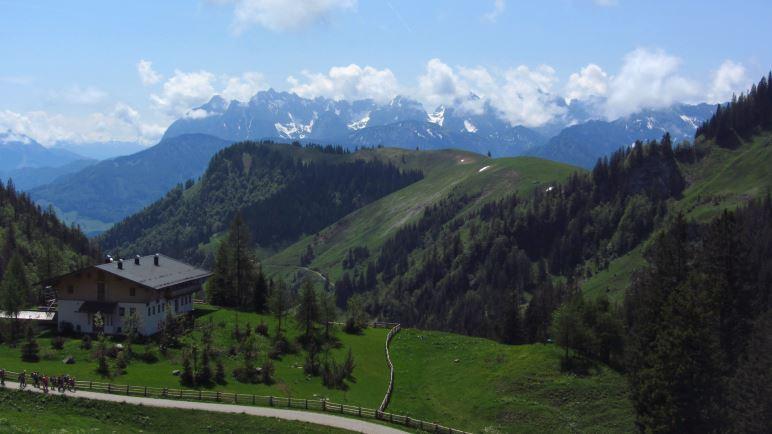 Von der Terrasse der Priener Hütte blickt man direkt aufs Kaisergebirge