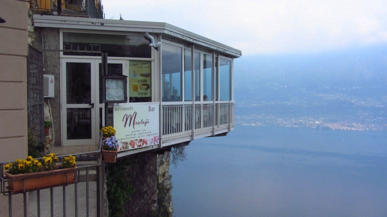 Interessante Konstruktion - das Ristorante hängt etwa 300 Meter über dem Gardasee