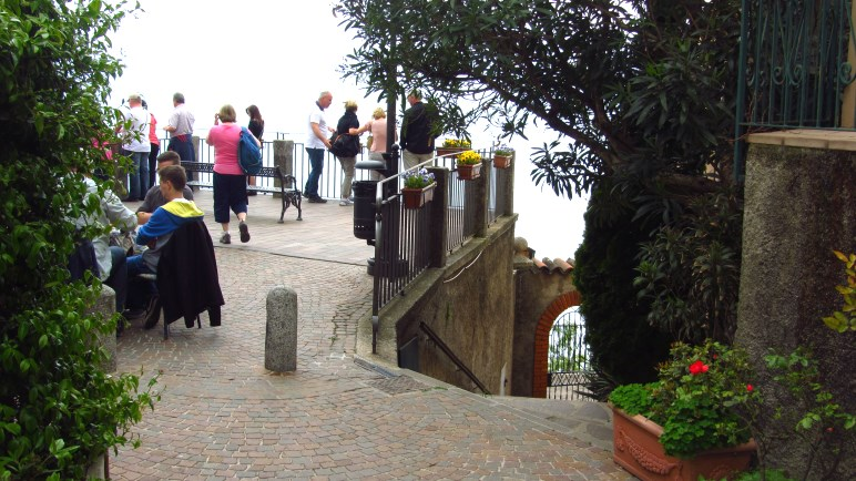In Pieve - links die Aussischtsterrasse, rechts führt der Wanderweg treppab Richtung Hafen