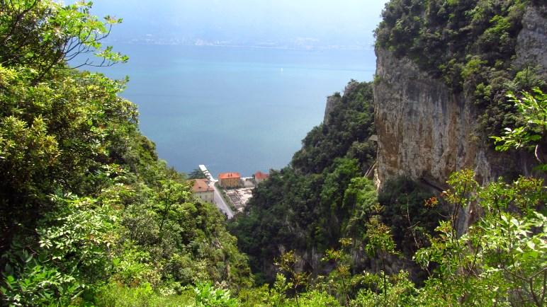 Der Blick von oben in die Schlucht und auf Campione