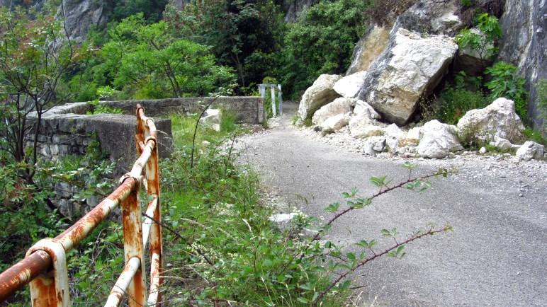 Steinschlag und Wildwuchs - die Natur holt sich die alte Straße zurück