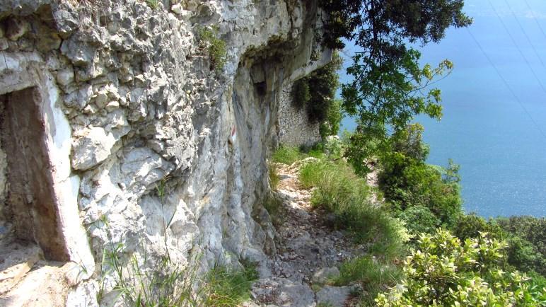 Nichts für Leute mit starker Höhenangst - der schmale Wanderweg am Rand der Schlucht