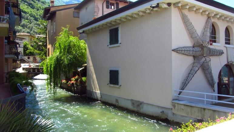 Zwischen den Häusern hindurch fließt der Aril zum Gardasee