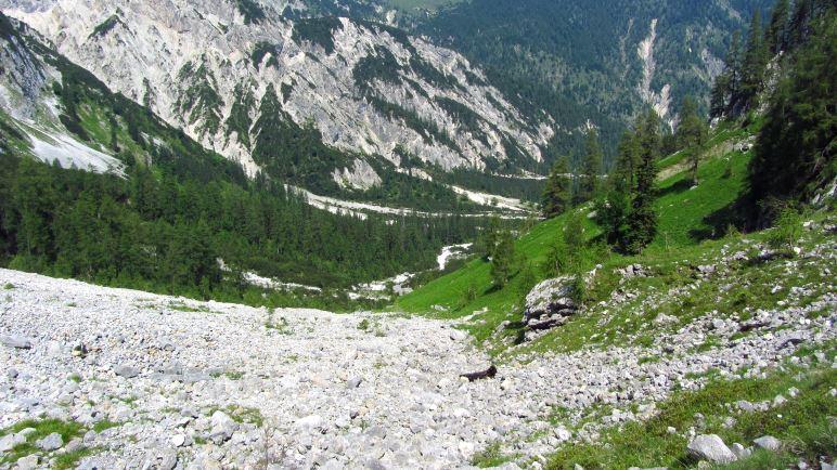 Das Geröllfeld und der Blick zurück ins Rontal