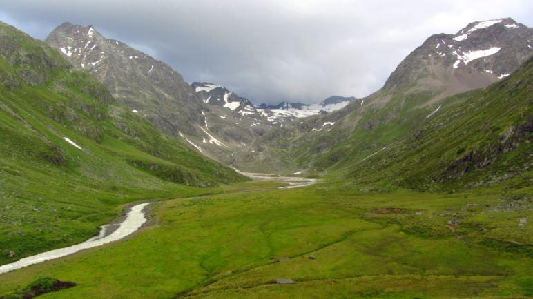 Der Ausblick von der Hütte über die Sulz bis zum Sulztalferner