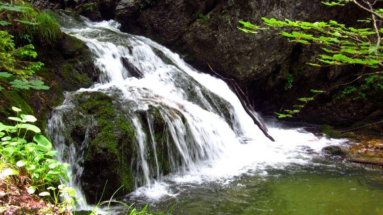 Kaskaden auf dem Weg zwischen unterem und oberem Wasserfall