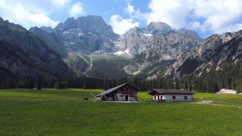 Die Rontalalm vor der östlichen Karwendelspitze