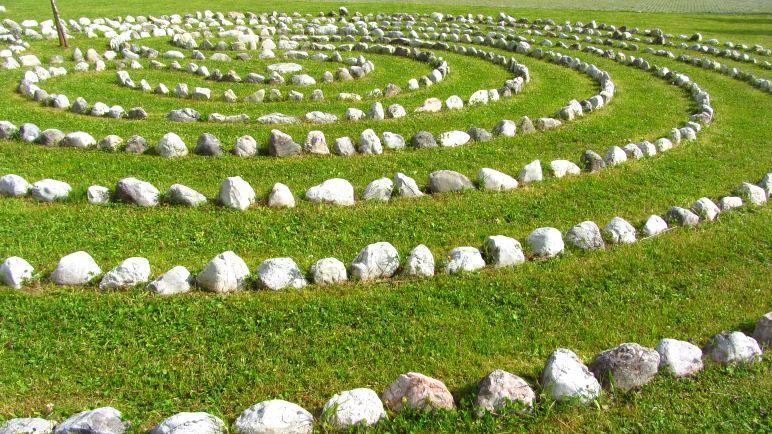 Das Steinlabyrinth vor dem Alpenpark-Haus