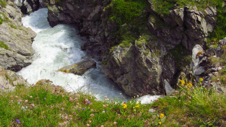 Vor der Amberger Hütte fließt der Sulzbach durch eine kleine Klamm