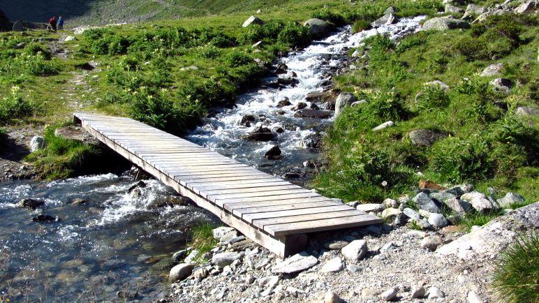 Kleine Brücke über einen kleinen Bach