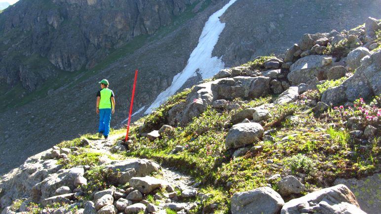Hier ist der Wanderweg noch gut erkennbar und durch eine rote Stage markiert