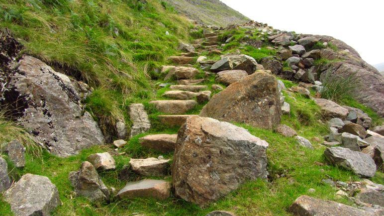 Über Steintreppen geht es steil hinauf zum Rossett Pass