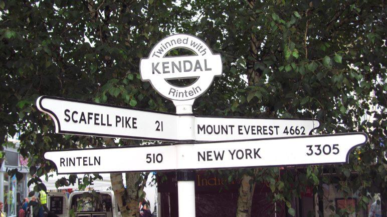 Diesen ungewöhnlichen Wegweiser haben wir in der Stadt Kendal gefunden