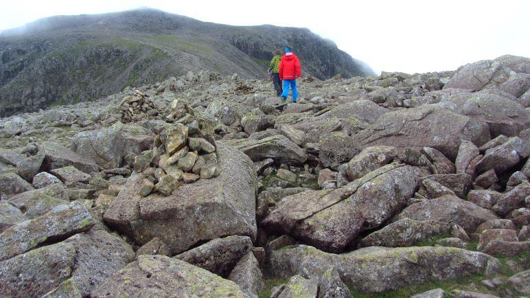 Schweres Geläuf - über Blockwerk geht es zum Gipfel des Scafell Pike, der ist oben schon zu sehen