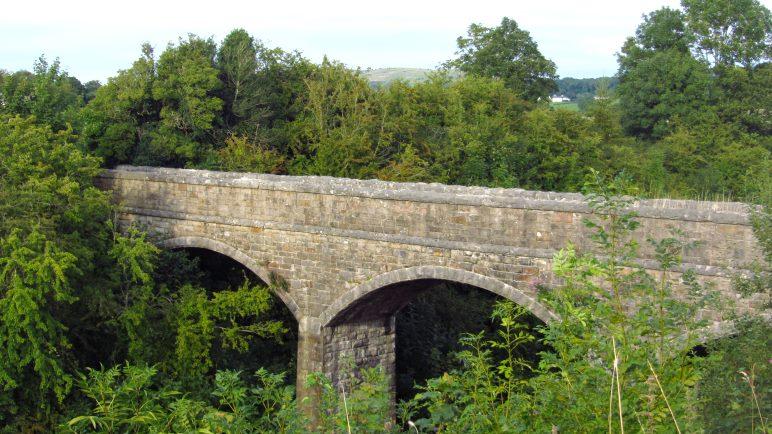 Die Eisenbahnbrücke vor Cark