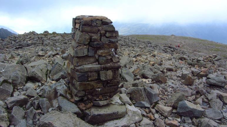 Statt Gipfelkreuz steht ein kleines Türmchen auf dem Scafell Pike
