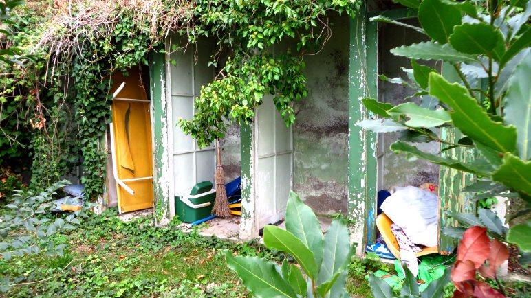 Neben der alten Strandbar, alte Umkleidekabinen