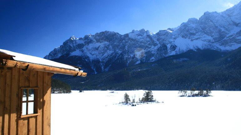 Der Eibsee im Winter bei strahlend blauem Himmel