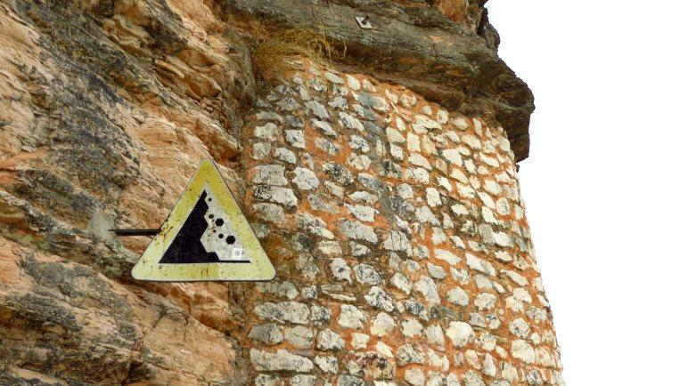 Achtung Steinschlag. Oben die Grotten des Catull, unten wir auf unserem Strandweg