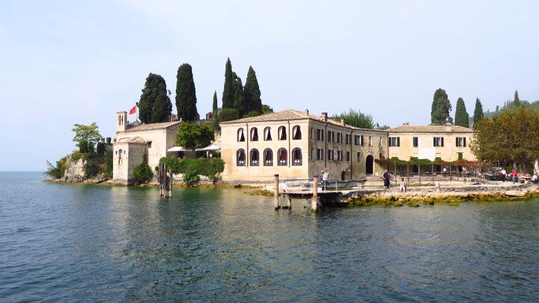 Die Punta San Vigilio, vom Gardasee aus gesehen
