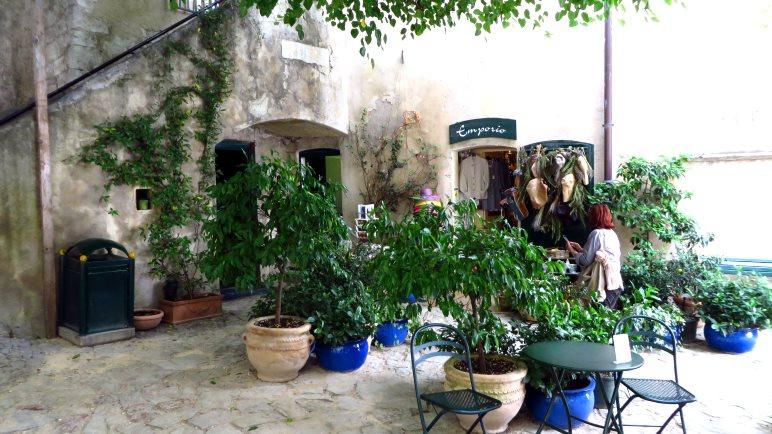 Auf dem kleinen Platz von San Vigilio