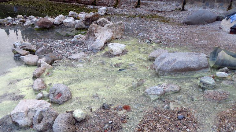 Das Wasser der Schwefelquelle von Sirmione fließt hier 69 Grad heiß in den Gardasee