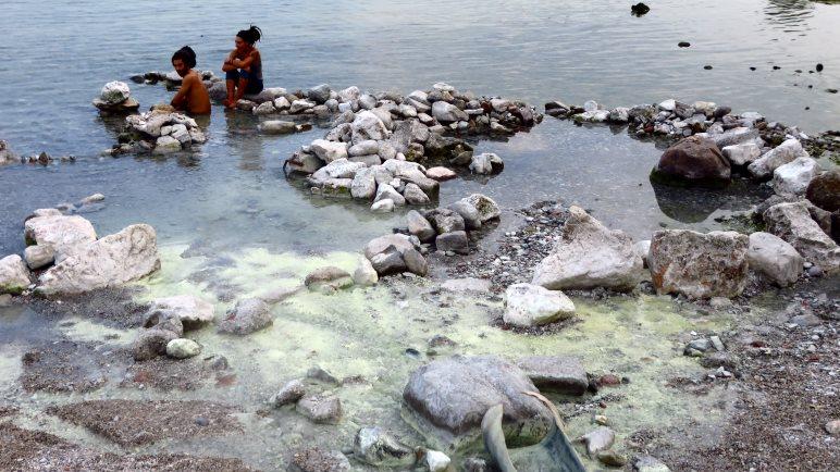 Das heiße Wasser der Schwefelquelle wärmt das Gardaseewasser rund um den Ausfluss