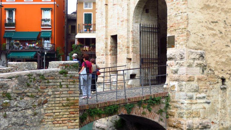 Am Eingang zur Burg von Sirmione